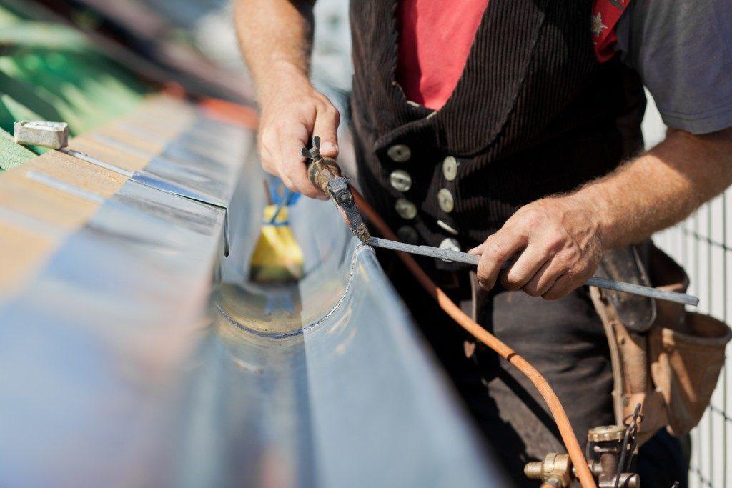 repairing roof gutters